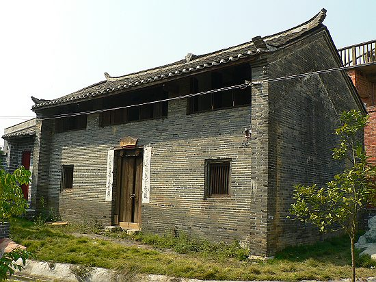 这座房子大门的正上方有一个用砖头拼成的双喜.