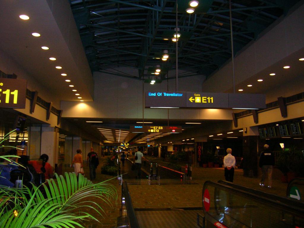 在机场办理行李托运手续(坐飞机每人可免费托运一件长,宽,高总和不超