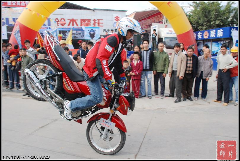 摩托杂技_盖过车模的摩托车杂技表演扣人心弦 - 一片云叶云的博客 - 红豆博客