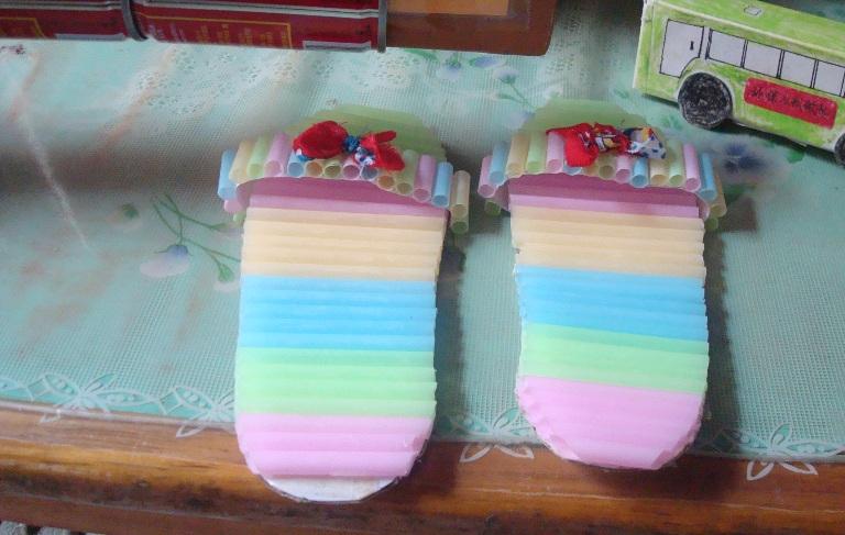 图一:这是妞妞用吸管做的环保小拖鞋.图片