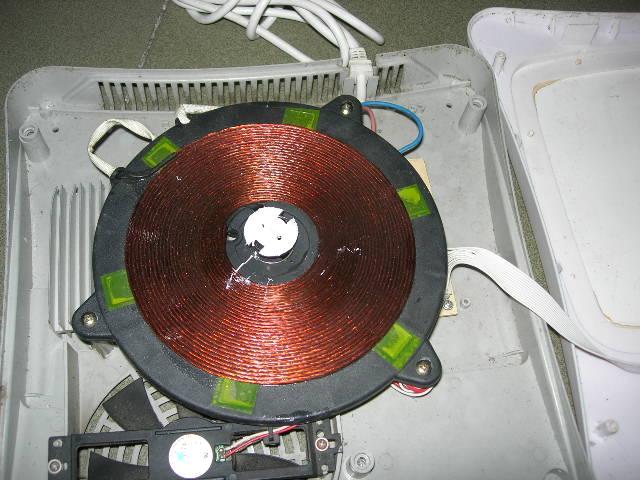 由于在第一次保护电路作用之后,内部故障还未解除,就接入市电,所以不能掉以轻心,经过一番努力排查更换电容和硅桥---这些都出了问题  再判断电路板上面没有任何断路,和电容电阻烧毁情况,再把其装回原来样子试机。由于这个电磁炉比较新式,控制器件使用cpu控制,出现的问题有cpu直接显示。情况是通电不加热,显示E7问题代码,更具网上大多数资料汇总,结论是th温度检测电路开路,更换散热片上的热敏电阻。复查339集成块,发现击穿,更换 这个就是339集成块。要了解一个集成块必须知道其相关参数和管脚定义才能进行。这个