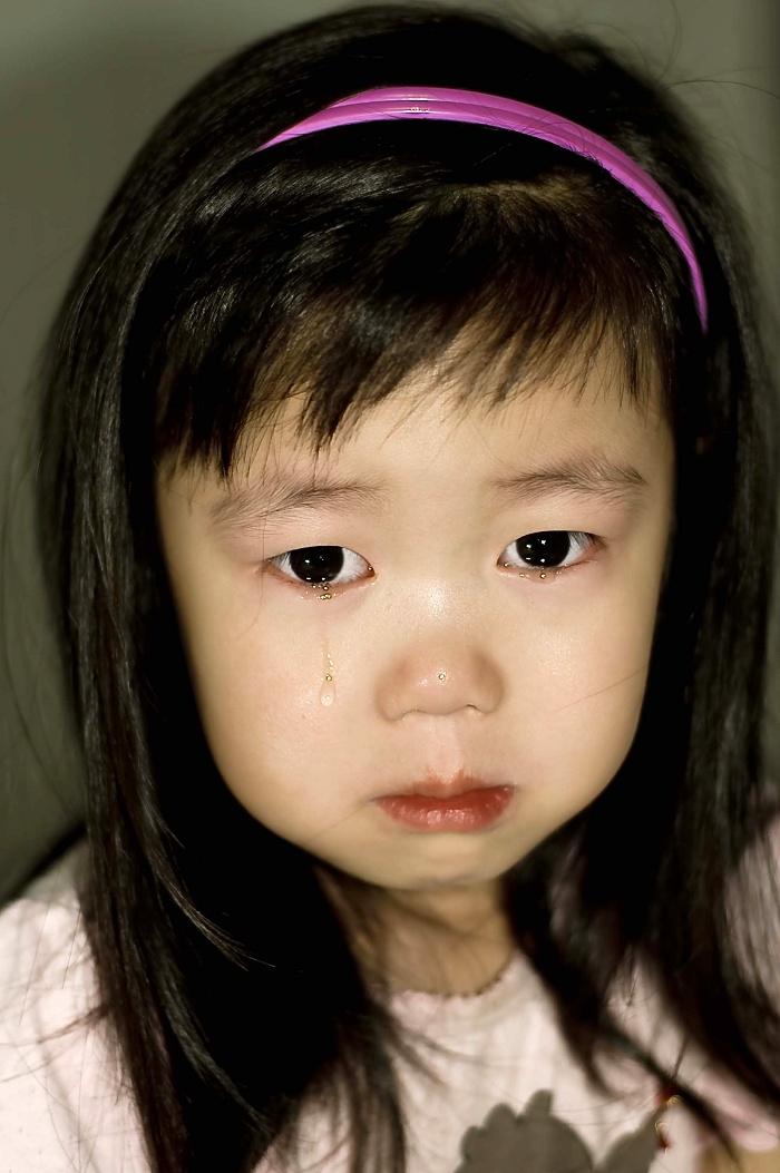 像我这样不先给女儿抹眼泪,而拿起相机的妈妈不多吧,我有些职业记者的冷静。 不过佳有些多愁善感,昨晚让她自己睡并且承诺会有白雪公主裙子,她哭着说什么都不要了就要我陪着,这是早上起来照的,看着小熊维尼里面的驴子不怎么高兴,我说了句,可能心里难过吧,她突然就哭了,一点原因也没有,后来我说表面不开心不代表真的不开心,其实心里可能是乐的呢,她才明白,笑了,真是女孩的心思不能猜呀。 为了营造万圣节氛围看史努比过万圣节的动画片,一个小女孩对一个小男孩说:你要是敢拉我手我就揍你! 佳不明白为什么,因为她经常主动拉男孩