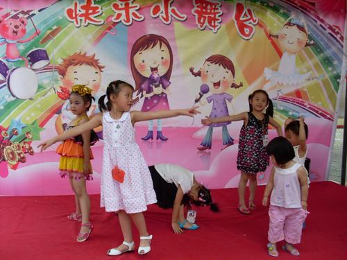 幼儿园小朋友的艺术节