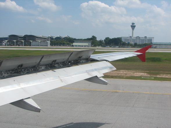 飞机降落时,机翼居然打开了