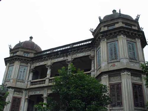 有的建筑仿照古代宫殿式建筑揉合西欧建筑造型手法,形成外形独特,屋檐图片