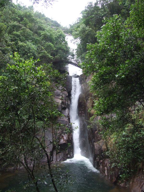 """在十八水風景區,可以看到這里山高林深,瀑布成群,奇石斗妍,古樹參天,它以水奇、石奇、樹奇之""""三奇寶地""""著稱。水景以""""大佛水""""、 """"一口水""""、 """"黃綢布""""、 """"二毫半""""為主體,形成落差近300米、最寬處60米的十級跌水瀑布群,猶如群龍天降,踏霧騰云,震撼人心。石景以""""御書神石""""、 """"一品石""""、 """"七品蟾蜍石""""、 &ld"""