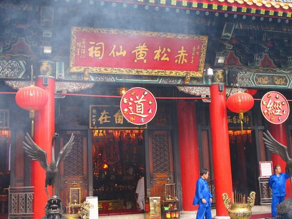 香港黄大仙庙惹来香客无数(组图)