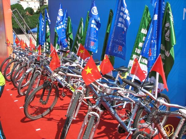这就是越南车队的自行车,挂满旗帜.
