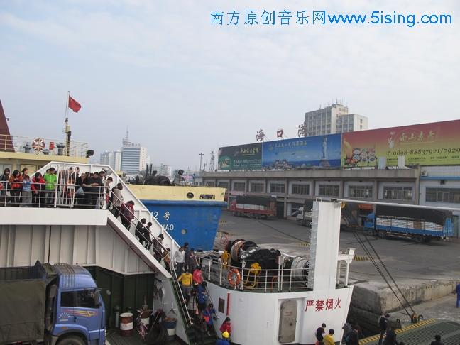 海安新港等候上船  海安码头车多了起来,要一边排队,一边买票.